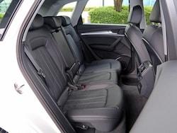 リアは3座のベンチシートを装着、バックレストは3分割式となる。ホイールベースが長くなり、室内がさらに広くなっている。インテリアカラーは5種類を用意