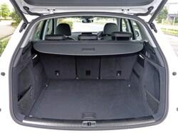 ラゲージルームは先代モデルより10L広い、550L〜最大1550Lを確保。リアバンパー下に足をかざすだけでテールゲートを開けられる機能も用意された