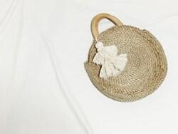 ラフィア素材のカゴバッグ