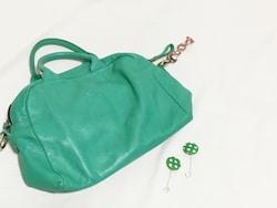 春らしいさし色の鮮やかグリーンなイヤリングとバッグ