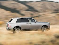 オフロードボタンのほか、ヒルディセンドコントロールやエアサスペンションの車高調節制御機能なども備わる