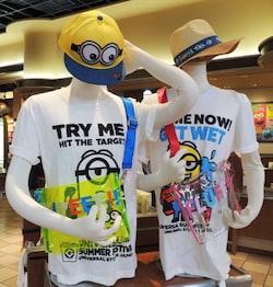 右のTシャツ3600円、水がかかると色が変わる左のTシャツ4300円、ショルダーバッグ2300円といった、夏のミニオングッズが人気。「スペース・ファンタジー・ステーション」などで販売