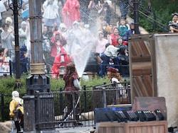 メインステージがある場所だけでなく、メディテレーニアンハーバーの各所に大量の水をかける海賊たちが出現