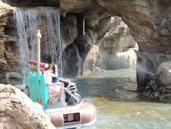洞窟の入口あたりなどでライドに向かって水がかかります