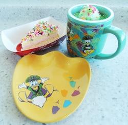 左はストロベリークリームケーキ。下のスーベニアプレート付きで850円。右はパイナップルゼリー&ヨーグルトムース、スーベニアカップ付き800円。いずれも「スウィートハート・カフェ」にて