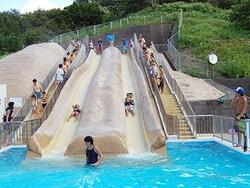 子どもたちに人気のすべり台は長さ22mが2本