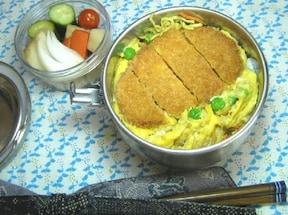カレー味のハムカツ卵とじ丼弁当