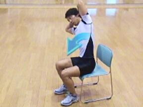 7.座ったままお腹周りの筋肉をギューツと絞る