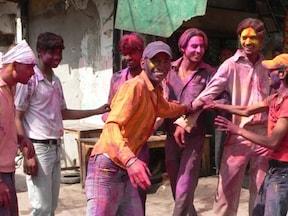カラフルな色水や色粉まみれでみんな笑顔!