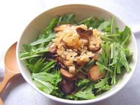 マッシュルームの熱で柔らかく 水菜のサラダ