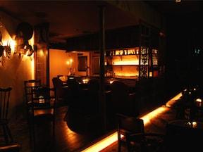 柔らかな蝋の灯りの中で2人だけの時間を楽しむ暗闇バー