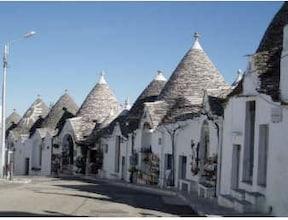 【イタリア】三角屋根の白い家が続くキュートな町。アルベロベッロ
