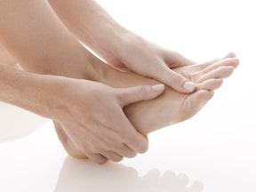 簡単に言うと、足の親指が変形して外側(小指側)に曲がる病気のこと