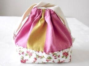 巾着タイプの「お弁当袋」はコップ入れに応用可能