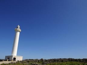 空と海に映える真っ白な灯台!