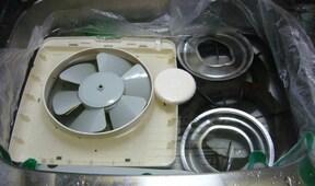 重曹1カップでつけ置き!ベトベト換気扇の掃除方法