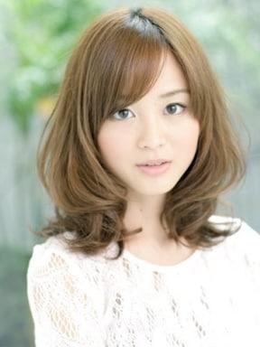 ふわふわのカールが魅力的なヘアスタイル