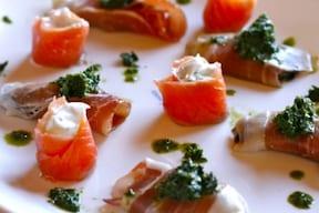 巻くだけで豪華!前菜に人気の簡単おいしいレシピ「水切りヨーグルトのスモークサーモン」