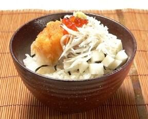 釜揚げしらすに合う野菜をバランスよく盛り付けた、ヘルシーでおいしい簡単丼レシピ