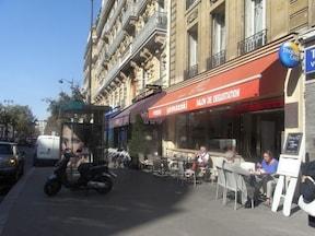パリの高級住宅地に突如現れる『ヤマザキ』のカフェ
