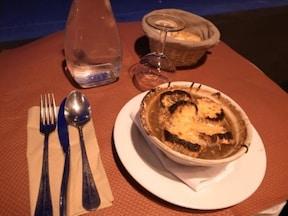 パリ最古のカフェでオニオングラタンスープ