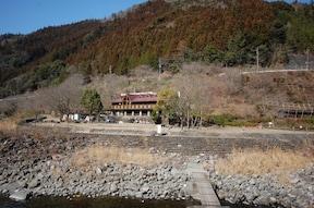 清流と温泉を満喫!『月ヶ谷温泉村キャンプ場』(徳島県)