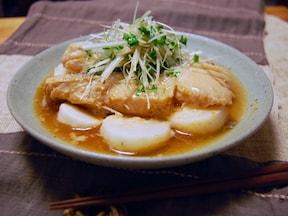 熱々のごま油がアクセント 味噌漬の白身魚の蒸しもの