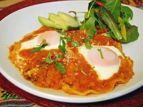 サルサソースに卵を落としたウエボス・ランチェロス
