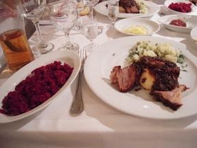 社会主義時代のレストランを再現『ウ・クハジェ』