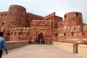 戦艦のような城塞と美しい装飾の赤い城『アグラ城』