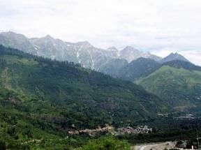 ヒマラヤの絶景を眺める温泉地『バシシュト村』