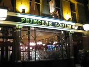ガラスの装飾が美しいパブ『プリンセス・ルイーズ』
