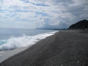 熊野古道の美しい浜辺を歩く『七里御浜』