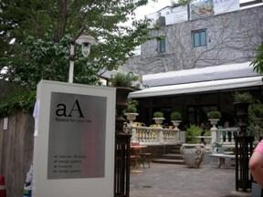 ビンテージ家具が演出する落ち着いた空間『cafe aA』