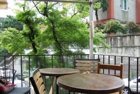 ワッフルが名物のお洒落カフェ『Slow Garden』