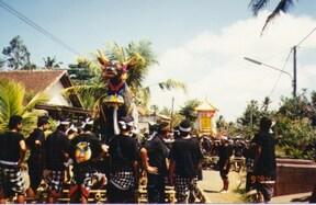盛大に死者を見送る バリ島のお葬式ツアー