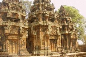 カンボジア バンテアイスレイ寺院