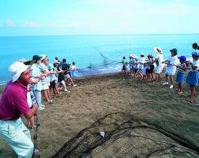 大人数で網を引く!本物の漁師さんと『地びき網体験』