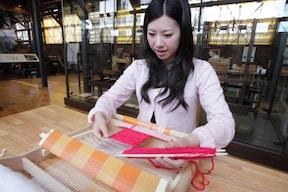 まるで鶴の恩返し『機織り機で手織り体験』