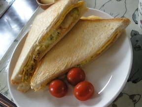 食パンはフライパンで焼くと美味しい♪キャベツと卵の簡単「ホットサンド」