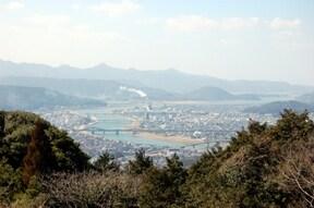 高台から市街地の絶景を望める『寺山いこいの広場』