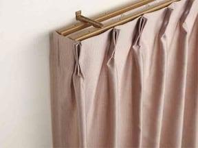 2. カーテンを窓枠ごと外から覆うようにかける