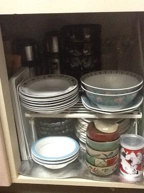 セリアのシンク下用の棚でお皿を整理