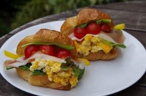 クロワッサンでカフェ風具だくさんサンドイッチ