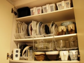 出し入れが楽になる、重ねない食器収納