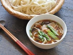 小松菜とえのきが入った肉汁つけうどん