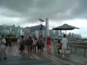 おなじみの香港の景色が広がる遊歩道と最古の時計台
