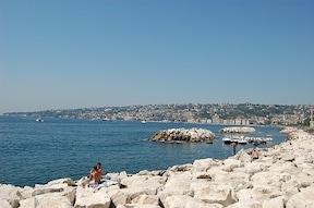 青い空と青い海が映える街並み『サンタルチア港』