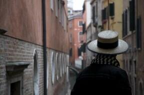 ヴェネツィアの路地裏の街並へ