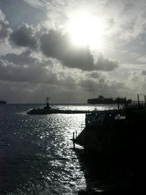 ナポリ、冬の海で見る光と影のコントラスト